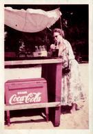 Photo Couleur Originale B.B. Glacière Coca-Cola Vintage 1957 En Bois Et Femme Se Désaltérant Au Coca-Cola Bien Sûr ! - Anonymous Persons