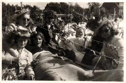 Etrange Carte Photo Originale De Catherinettes Avec Leurs Chapeau & Femmes Sur Lits D'Hôpital Avec Croix Vers 1940 - Pin-Ups