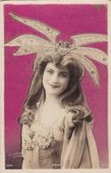 COLSY. SIA. ARTISTE A IDENTIFIER. BACKGROUND SCINTILLANTE. CIRCULEE 1908 LOUSTALAN FAMILY - BLEUP - Beroemde Vrouwen