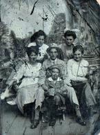 Rare Ferrotype Ou Elainotype, Technique Photographique Mise Au Point En 1852 - Famille De 6 Enfants Devant Décor - Anciennes (Av. 1900)