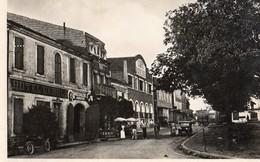 Eauze  32   Le Cours Saint-Cerat-Rue Bien Animée-Voitures-Café-Dancing Et Hotel-Restaurant - Autres Communes