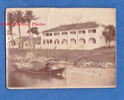 Photo Ancienne - INDOCHINE / VIET NAM - Ville à Situer - Indochinois Sur Barque & Maison Asiatique - Saigon ? Asia Asian - Anciennes (Av. 1900)