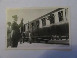 Carte Postale Photo - Le Maréchal Assiste, Avec Le Général Huntziger, à L'arrivée D'un Convoi De Prisonners Rapatriés - Guerre 1939-45