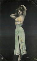 CARTE PHOTO NPG REUTLINGER FEMME ELEGANTE PORTANT ROBE BUSTIER PERLES BALLERINE - Femmes