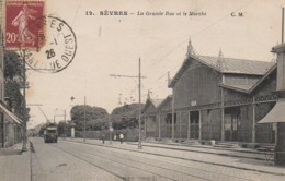 92 SEVRES  La Grande Rue Et Le Marché - Sevres