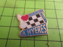 513J Pins Pin's / Rare & Belle Qualité  THEME JEUX / ECHECS A HYERES ECHIQUIER F PLUJA - Games
