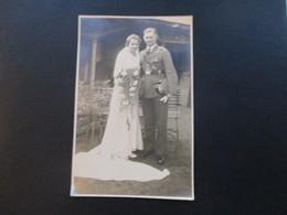 Echtfoto 2. WK Soldat Mit Braut / Hochzeit. Orden / Abzeichen . Lichtbildnerei L.C. Puppe Potsdam - Guerra, Militares