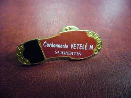 PIN'S VILLE De SAINT AVERTIN (37) Cordonnerie Vetelé M. Pied Chaussure @ 40 Mm X 14 Mm - Villes