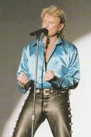 JOHNNY HALLYDAY Chemise Bleue, Pantalon Cuir Noir , Debout Devant Un Micro . JH 46. Photo Marc Castagnet - Chanteurs & Musiciens