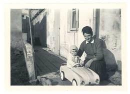 Photo Enfant & Sa Voiture à Pédale , Renault Dauphine   ( PH ) - Personnes Anonymes