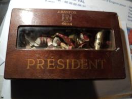 LOT D UNE QUARANTAINE DE BAGUES DE CIGARES DIFFERENTES DANS BOITE PRESIDENT  DONT UNE SUPERBE DE GRANDE TAILLE CHOISI A - Tabac (objets Liés)