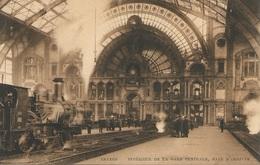 Intérieur De La Gare De Anvers Central Avec Train (locomotive Vapeur) à L'arrivée. - Gares - Avec Trains