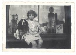 Photo Fillette Et Son Chien, Cocker ? Devant Vitrine, Pub Moutarde Amieux  ( PH ) - Personnes Anonymes