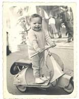 Photo Enfant Sur Scooter / Jouet ( Bébé-Photo, Marseille )  ( PH ) - Personnes Anonymes