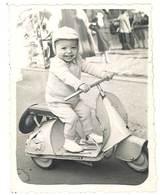 Photo Enfant Sur Scooter Vespa / Jouet ( Bébé-Photo, Canebière, Marseille )  ( PH ) - Personnes Anonymes