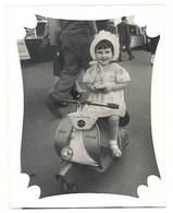 Photo Enfant Sur Scooter Vespa / Jouet ( Bébé-Photo, Marseille )  ( PH ) - Personnes Anonymes