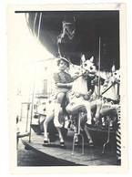 Photo Enfant Sur Manège , Cheval De Bois , Fête Foraine  ( PH ) - Personnes Anonymes