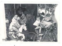 Photo Enfant Sur Manège , Fête Foraine, Vélo, Cheval De Bois  ( PH ) - Personnes Anonymes