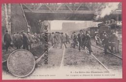 PARIS--GREVE DES CHEMINOTS ( 1910 ) Les Voyageurs Se Résigant A Terminer La Route A Pied---animé - Grèves
