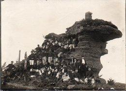 82Ve Grande Photo (26cm X 21cm) 88 La Roche Du Coquin Envahie Par Un Bataillon De Soldats Et 3 Jeunes Hommes - France