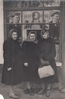 RUSSIA. A PHOTO. WOMEN NEAR POSTER. PROPAGANDA, AGITATION, LENIN.   *** - Russie