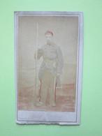 Militaire Debout Appuyé Sur Une Chaise  - CPA Carte Photo Guerre 14-18 - Guerre, Militaire