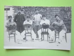 Militaires Debout Et Assis Sur Une Chaise  - CPA Carte Photo Guerre 14-18 - Guerre, Militaire