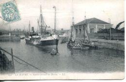 N°68075 -cpa Le Havre -navire Sortant Du Bassin- - Commerce