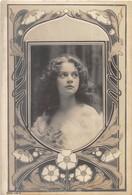 Carte-photo ART NOUVEAU . Très Jolie Jeune Fille Au Centre D'un Beau Décor 1900. - Femmes
