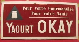 Publicité Yaourt OKAY, Pour Votre Gourmandise, Pour Votre Santé. Panneau Publicitaire, Inclusion Et Flocage Vers 1960 - Publicités