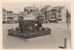 Bastogne ,  - Tank Sherman - Borne De La Liberté ,  Photo 8,6  X  6 Cm - Bastogne