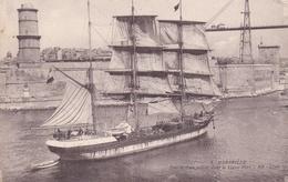 Marseille Entrée D'un Voilier Dans Le Vieux Port - Joliette, Zone Portuaire