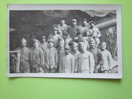 Militaires, Debout Et Assis (sur Un Char ?) Sous Un Abris - CPA Carte Photo Guerre 14-18 - Guerre, Militaire