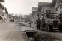 Photo Originale Femmes Et Autocar Posant Devant Une Pompe à Eau Et Des Caniveaux à L'air Libre Vers 1920 - Auto's