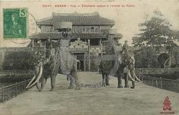 /!\ 8533 - CPA/CPSM - Asie  : Annam : Hué : Eléphants Royaux à L'entrée Du Palais - Vietnam