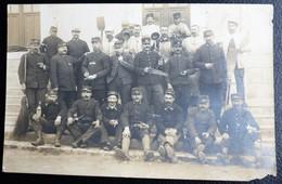 Carte Postale Photo  Militaria SOLDATS A La Caserne La Roche Sur Yon 85 Vendée - Personajes