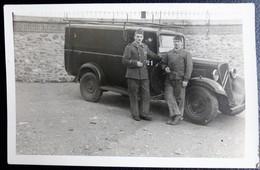 Carte Postale Photo  Militaria SOLDATS Devant La Voiture Citroen 11 MI 1939 Souvenir Du 211 ème Regiment R - Personajes