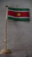 DRAPEAU DU SURINAM - SUPPORT EN BOIS - Drapeaux