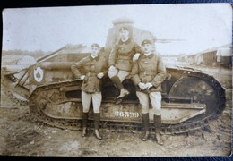 Carte Postale Photo  Militaria SOLDATS Devant Un CHAR D'assaut De Combat - Material