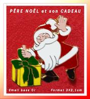 SUPER PIN'S NOËL : Le PÊRE NOËL Dépose Son Cadeau En émail Grand Feu Base Or, Format 2X2,1cm - Noël