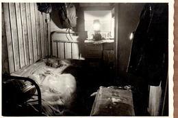Photo Originale Mobilier De Chambre & Petit Bordel Organisé En 1949, Malle Et Lampe à Pétrole Pour Lit En Fer Forgé - Objects