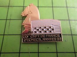 1315c Pin's Pins /  Rare & De Belle Qualité : THEME JEUX / ECHECS ECHIQUIER 68e CHAMPIONNAT DE FRANCE NANTES 93 - Games
