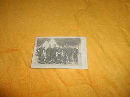 CARTE POSTALE PHOTO ANCIENNE NON CIRCULEE DATE ?../ MILITAIRES REGIMENT ?. CASQUETTE 104...TENTES CHALONS ?... - Régiments