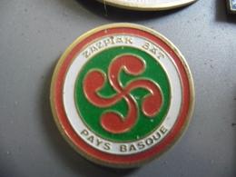 PIN'S EUSKADI - LAUBURU (Croix Hélice à 4 Têtes) Région Du Pays Basque Symbole Solaire @ 25 Mm - Villes
