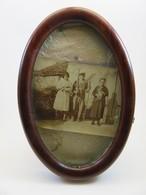 363 - Ancien Cadre Photo Ovale En Bois  - Photo Personnages De La Campagne - Art Populaire