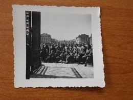 WW2 GUERRE 39 45 VERSAILLES  CHATEAU  GROUPE SOLDATS ALLEMANDS DEVANT L ENTREE DU PORTAIL 1941 COUR INTERIEUR - Versailles