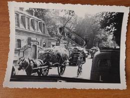 WW2 GUERRE 39 45 VERSAILLES  EXODE  REFUGIES ARRIVANT A VERSAILLES CHARETTE VOITURES VELOS CHEVAUX - Versailles