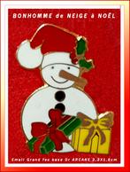 SUPER PIN'S NOËL : BONHOMME De NEIGE Et CADEAUX En Email Grand Feu Base Or, Signé ARCANE, 2,3X1,8cm - Christmas