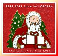 SUPER PIN'S NOËL : Le PERE NOËL Entoré De SAPINS, Offre CADEAU, émail Grand Feu Base Or, Signé EuroClimat  2,8X2,3cm - Noël