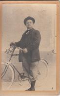 Photo Sur Carton D'un Homme Avec Sa Bicyclette  Devant Le Magasin De Gros  Espinasse En 1905 - Photographs